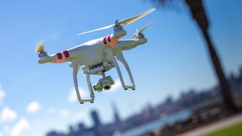 미 연방항공국(FAA)이 드론 관련 새로운 규제안 'Part 107''을 공표함에 따라 기업, 농장, 연구소 등 다양한 분야에서 새로운 드론 개발경쟁이 가열될 전망이다. 사진은 드론업체 DJI의 시험 운행 장면.