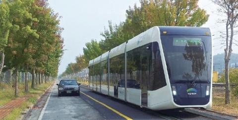 철도기술연구원에서 제작한 무가선 저상 트램의 시운전 모습 ⓒ 교통과학기술원