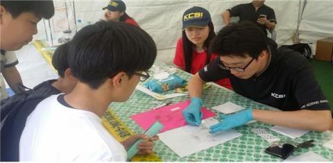제주지방경찰청 소속 경찰이 학생들에게 직접, 지문채취 방법을 실현해 보이고 있다. ⓒ 김주현 / ScienceTimes