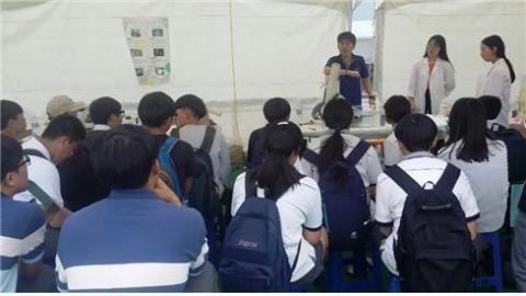 전국 60여 개 학교에서 참여한 과학축전에는 180여개의 체험관이 설치됐고 과학교사들이 직접 학생들에게 과학의 원리를 설명해 준다.   ⓒ 김주현 / ScienceTimes