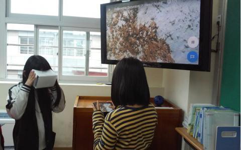 봉선초등학교 학생들이 가상현실 기기로 수업을 하며 세계를 누비는 현실과 같은 체험을 하고 있다. ⓒ bit.ly/choiman