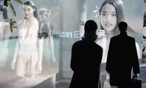SF 영화 '마이너리티 리포트'의 한 장면. 지나가는 사람들의 안구를 인식해 원하는 광고를 홀로그램으로 형상화 해서 보여준다.