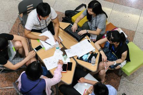 팀 프로젝트를 위해 토의중인 행사 참가자들 ⓒ ICISTS-KAIST