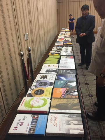 이종호 박사가 그동안 펴낸 100권의 과학 도서가 12일 은행연합회 국제회의장에서 전시되었다. ⓒ 성하운 /  ScienceTimes