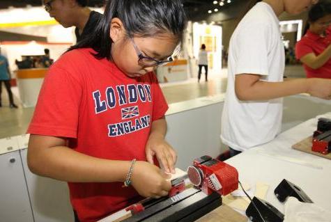 올 해 과학축전은 '체험'을 가장 중요한 테마로 기획되었다. 지난해 7월 일산 킨텍스 과학축전에 참가한 한 여학생이 신중하게 과학프로그램에 집중하고 있는 모습.