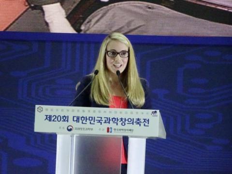 """한국 학생들의 뜨거운 반응에 고무된 로렌 리 여사는 학생들에게 """"나사에 도전하라""""고 격려했다."""