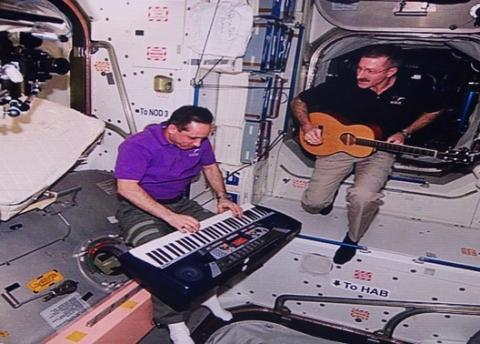 """우주인들의 취미생활. 운동도 하고 악기를 연주한다. 로렌 리 여사는 """"식물을 재배하기도 한다""""며 우주인들의 생활을 소개했다."""