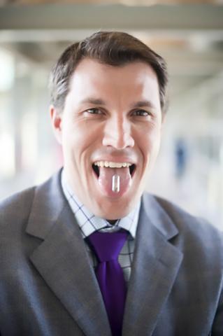 멜라닌 색소와 분해되는 재료로 '먹을 수 있는' 배터리를 개발하고 있는 미국 카네기 멜론대 크리스토퍼 베팅거 교수. 사진 Bettinger lab