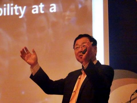 """김진형 카이스트 명예교수이자 지능정보기술연구원장은 """"인공지능 등 과학기술 발달로 인한 미래지능정보사회의 도래를 막을 수는 없다며 현명하게 판단하고 준비해야 한다""""고 강조했다."""