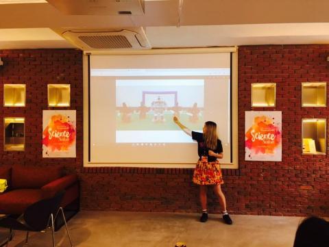 걸스로봇 크루 이세리씨가 자신의 로봇축구 동아리 경험에 대해 이야기하고 있다. 사진의 가운데 큰 로봇이 여자 동기가 디자인, 제작한 로봇. ⓒ 걸스로봇, 이세리