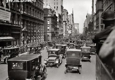13년 뒤 뉴욕 5번가 사진. 동일장소. 모두들 자연스럽게 마차가 아닌 자동차를 타고 다닌다. 우리의 앞으로 10년 뒤로 이렇게 달라질지도 모른다. ⓒ wikipedia.org