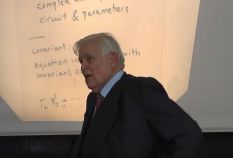 생전 대학에서 강연하던 루돌프 칼만(1930∼2016). 현실 데이터에서 오류를 걸러내는 '칼만 필터'(Kalman Filter) 알고리즘을 개발해 현대 정보통신기술(ICT) 산업에 큰 영향을 준 미국의 수학자 겸 엔지니어.