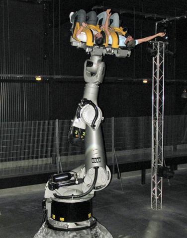 거대한 산업용 로봇 팔은 놀이기구의 역할로 변신할 수 있다.  ⓒ Wikipedia