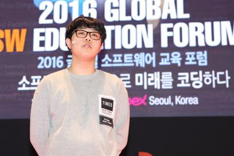 """유재훈 학생(안산 단원중 2)은 """"SW교육을 통해 큰 변화를 겪고 도움을 받았다""""며 무대에 섰다."""