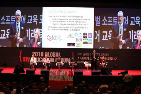 교육부와 미래창조과학부가 공동 주최하고 한국과학창의재단 주관으로 열린 2016 글로벌 SW 교육 포럼에 3개국 교육 전문가들이 참석해 '소프트웨어 교육으로 미래를 코딩하다'라는 주제로 개최되었다.