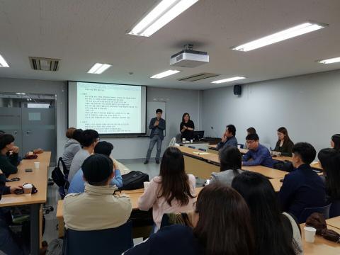 지난 16일 서울 상명대학교에서 열린 '10월의 하늘' 준비모임. 상명대학교 게임학과 윤형섭 교수가 행사에 대해 설명하고 있다.