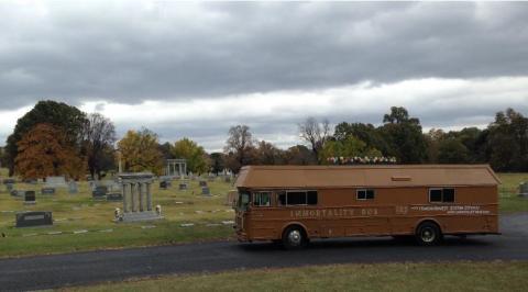 질병과 죽음을 극복하겠다는 메시지를 담은 졸탄 이스트반후보의 '불멸 버스'.