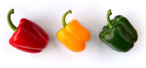 어떤 파프리카가 가장 먹음직스러울까. 최근 연구결과에 따르면 사람들은 왼쪽 빨간색 파프리카에 더 입맛을 다시는 반면 오른쪽 녹색 파프리카는 영양분이 덜 들어있다고 느낀다.  ⓒ Luc Viatour/www.Lucnix.be