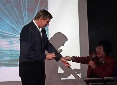 자신의 손목에 삽입된 칩을 설명하는 이스트반 당수. ⓒ 김은영/ ScienceTimes