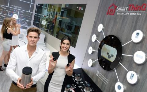 아마존이 개발한 인공지능 비서 '알렉사'가 영역을 확대했다. 지난 국제전자제품박람회(CES 2017)에서 아마존은 레노버, 월풀, LG전자 등 다양한 전자회사와 협업한 알렉사 제품들을 선보였다.