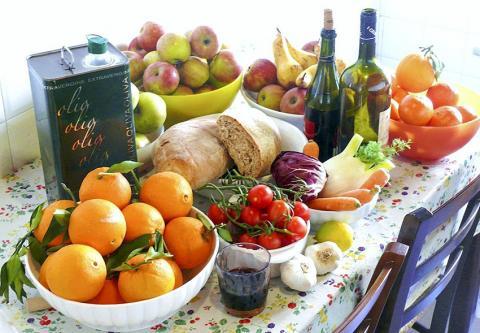풍부한 야채와 과일, 올리브유와 포도주를 곁들인 지중해 식단의 재료들.  사진 : Wikipedia