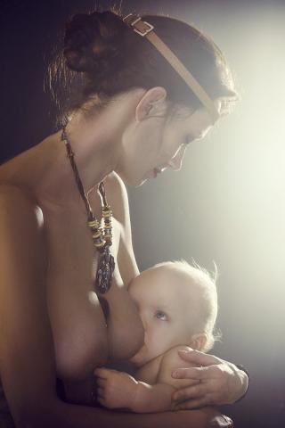 모유 수유를 하는 어머니 모습. 모유 수유와 텔로미어의 길이와 연관성 규명을 위해서는 더 많은 연구가 필요하다.  사진 : Pixabay