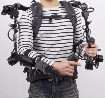 인간의 신체가 로봇화되면서 반영구의 생명을 얻게 되었다. ERTI 출신 연구원들이 모여 창업한 로봇개발 스타트업 '엑소시스템즈'의 외골격 로봇 '엑소센스'를 착용한 모습.