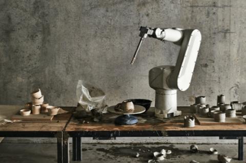 영국 예술대학 센트럴세인트마틴의 학생 샬롯 노드먼이 개발한 도자기 빚는 로봇 ⓒ 디지털트렌즈
