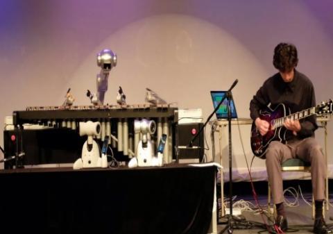 조지아공대에서 개발한 로봇 마림마 연주자 시몬이 무그페스트에서 연주를 하고 있다. ⓒ 무그페스트
