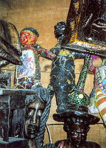 아이티 부두교 관련 주술도구들. 출처 : Wikipedia