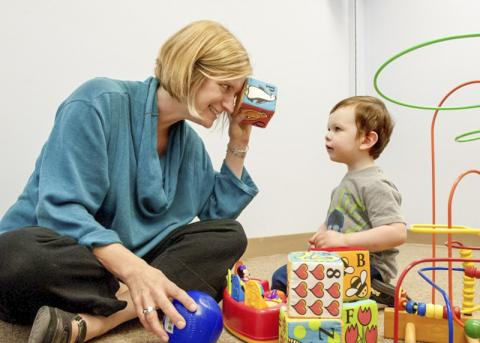 연구자인 미국 워싱턴대 애네트 에스티스 교수가 자폐증 어린이와 함께 하고 있는 모습.  Credit: Kathryn Sauber