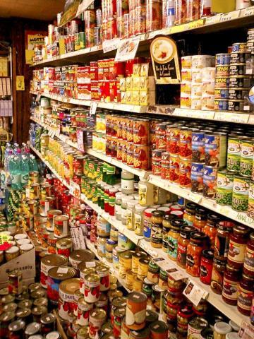 BPA는 식품 포장재와 금속 캔의 내부 마감재, 플라스틱 병과 같은 주변 생활용품에서 사람의 입을 거쳐 몸에 흡수된다. 사진 : Wikipedia/ User:Tomomarusan