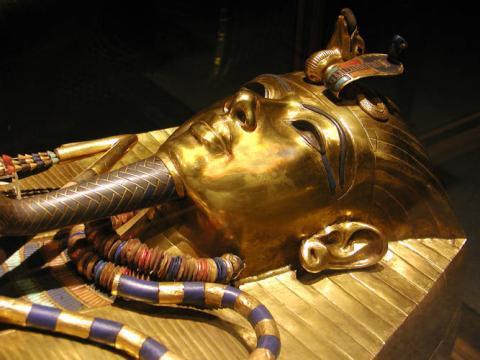 19살 에 요절한 이 소년 왕, 투탕카멘의 미이라에서 발견된 황금 마스크. 이집트 정부는 토리노 공과대에 의뢰해 투탕카멘 무덤 안에 비밀의 방이 있는지 그 존재 여부를 확인하기 위한 프로젝트를 시작했다.  ⓒWikipedia