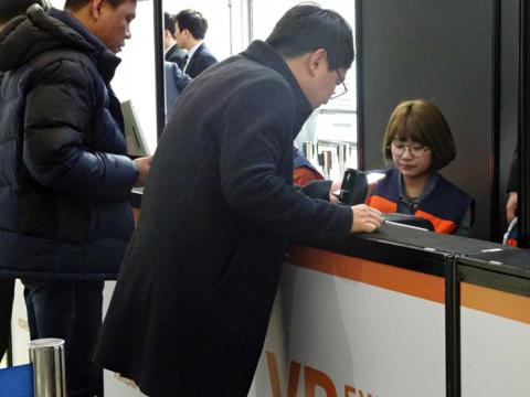 'VR 엑스포 2017'는 입장권이 스마트폰으로 전송받은 바코드로 별도의 등록 없이 바코드를 리더기에 대면 바로 입장이 완료되는 편리한 시스템을 갖추었다.