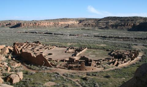미국 남서부 뉴멕시코주 차코 캐니언에 자리한 푸에블로 보니토 유적의 전경이다. 4층 규모의 석조 건물로 모두 650개의 방이 있다.  ⓒ James Q. Jacobs