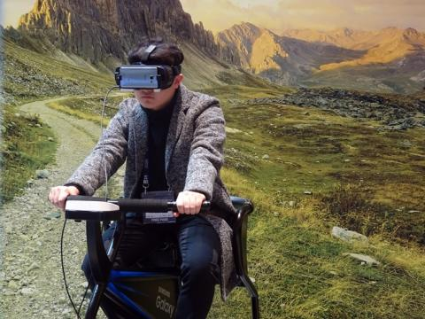 한 참가자가 삼성 모바일 VR 기어를 쓰고 자전거를 타고 있다.  ⓒ김은영/ ScienceTimes