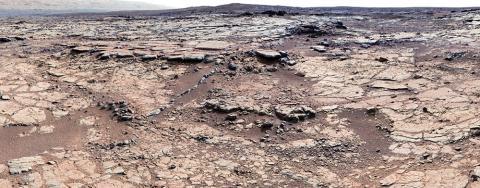 Curiosity 위성의 마스트 카메라로 찍은 사진을 모자이크 처리한 사진. 화성에 고대 호수와 개울의 흔적을 보여준다 Credit: NASA JPL-Caltech, MSSS