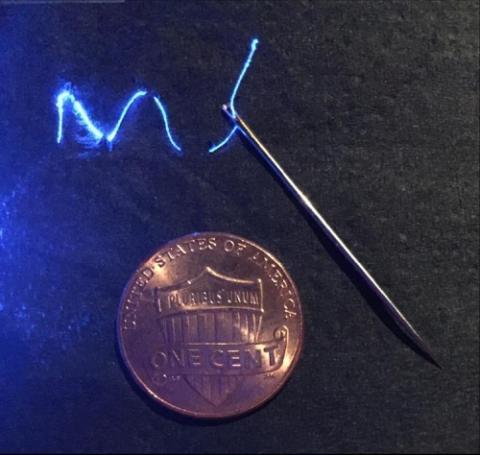 파란색으로 빛나는 실이 MIT 연구진이 개발한 섬유다. ⓒ 사이언스 어드밴스 제공