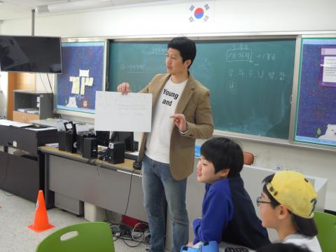 최병규 선생님이 학생들에게 소프트웨어 수업을 하는 모습. ⓒ 김지혜/ScienceTimes