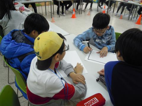 모둠에서 서로 의견을 조율하며 수업에 참여하고 있는 학생들. ⓒ 김지혜/ScienceTimes
