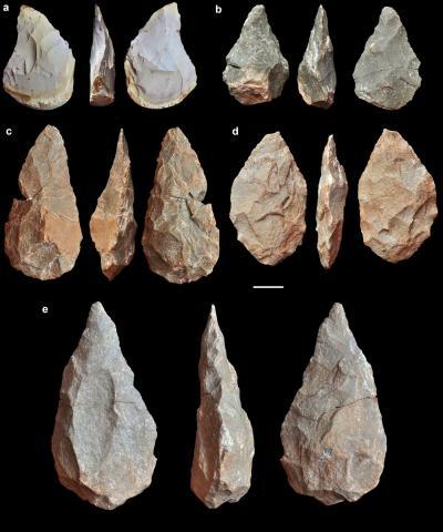 아로에이라에서 함께 발굴된 손도끼들. Credit: Javier Trueba