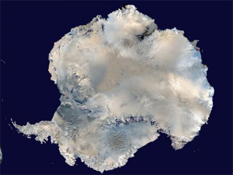 인공위성으로 촬영한 남극 대륙 영상. 얼믐으로 뒤덮힌 이 지역에 또 다시 영유권 논쟁 조짐이 일고 있다. 생태계 탐사를 이유로 자원을 개발하려는 움직임도 나타나고 있다.  ⓒ NASA
