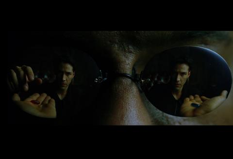 영화 매트릭스(The Matrix, 1999)에서 주인공 네오는 진실을 알 수 있는 빨간약과 허상의 세계에 남을 수 있는 파란약을 선택받게 된다. 인간은 진실의 대한 갈증으로 인해 고통스럽더라도 진실을 택하는 경향을 가진다. ⓒ김은영/ ScienceTimes