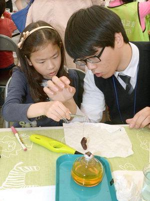 지난해 부산과학축전에서 구리 가열 실험을 체험하고 있는 학생들. ⓒ 국제신문DB