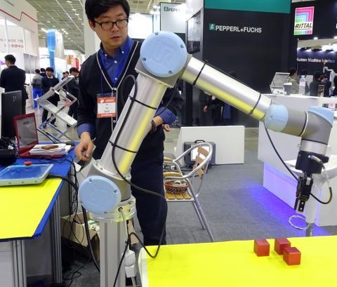 '인간과 함께'. 유니버설로봇의 외팔 로봇이 정교한 손놀임으로 물체를 집어올리는 시연을 보여주고 있다.