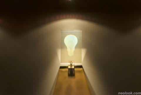 그는 전구를 이용해 삶과 죽음을 표현하고자 했다. (사진=레이박_삶_투과 홀로그램_17×11cm_2015) ⓒwww.neolook.com_레이박 전시작품