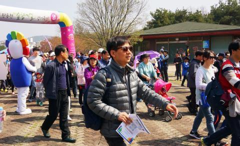 걷기대회 출발점을 나서는 참가자들 ⓒ 심재율 / ScienceTimes
