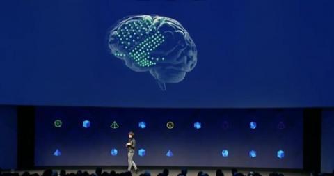 페이스북의 개발팀 '빌딩 8'의 최고 책임자 레지나 듀건 최고책임자가 뇌파로 언어를 주고 받을 수 있는 새로운 인터페이스 기술을 소개하고 있다. 마음 먹은대로 컴퓨터 등과 소통이 가능한 기술이라고 말했다.