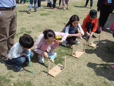 놀림픽의 전류레이스에 집중하고 있는 아이들 ⓒ 김순강 / ScienceTimes