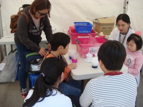 다양한 과학체험으로 과학원리를 즐겁게 배우고 있는 아이들 ⓒ 김순강 / ScienceTimes